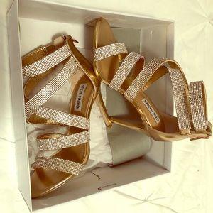 Gold high heels 😍